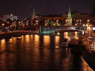 407 Ночной вид на Кремль с моста от Храма Христа Спасителя.   179k