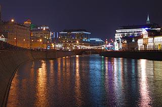 880 Вид на малый Москворецкий мост.  Слева - Болотная набережная.    193k