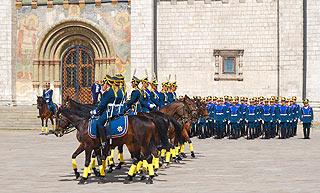 a260 Развод пеших и конных караулов на Соборной площади Кремля.      170k