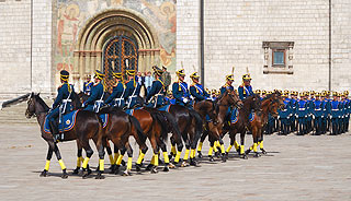 a263 Развод пеших и конных караулов на Соборной площади Кремля.      163k